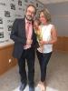 Antonio Baños haciendo entrega de su rosa de Sant Jordi a Julia Otero