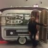 Julia Otero con la caravana vintage de Onda Cero Valladolid