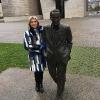 Julia Otero junto a la escultura de Ramón Rubial