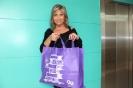 Julia Otero muestra la bolsa solidaria diseñada por ella